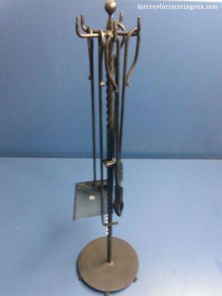 Conjunto de un soporte, una pala, dos atizadores y una tenaza